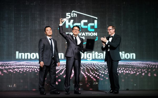CSO Jason Shim and CEO DK Kim accepting prize